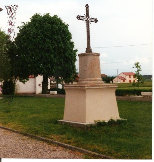 La croix près de l'église.
