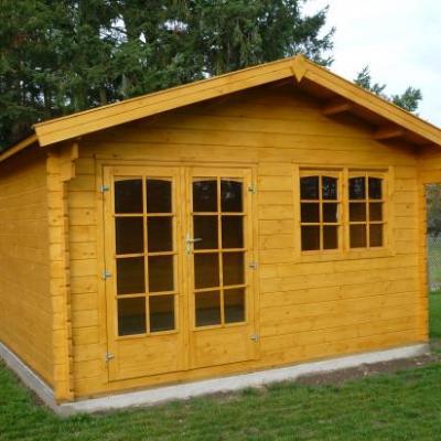 Abri construit par 3 conseillers, le maire et un adjoint en septembre 2009. Il permet de ranger les jeux plein air de l'école.