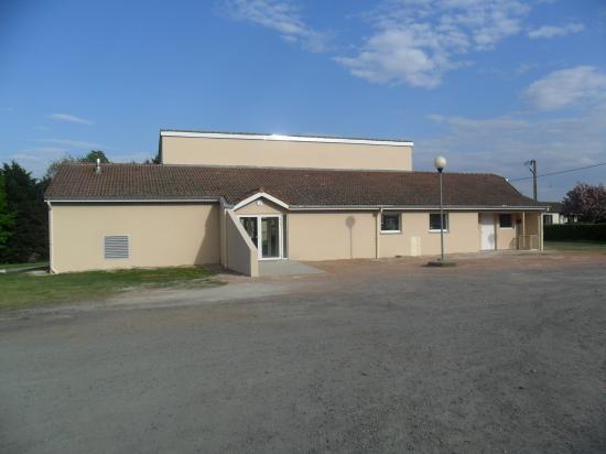 Salle des fêtes rénovée avec mise aux normes.Disponible en location, voir en mairie.
