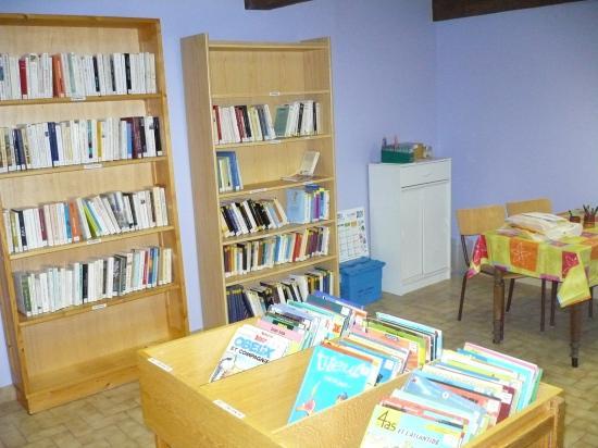 Remise en état de la bibliothèque en 2008 par des élus et en 2010 par un professionnel.
